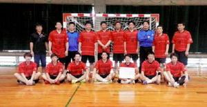 準優勝したトヨタ紡織九州レッドインパルスの選手たち=沖縄県の東風平運動公園体育館