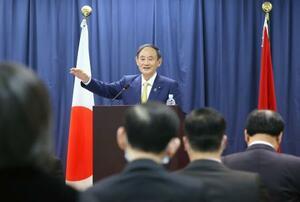 日越大学で、政策スピーチをする菅首相=19日、ハノイ(代表撮影・共同)