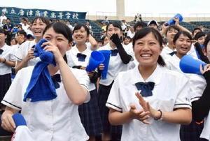 優勝が決まり、感極まる生徒たち=佐賀市のみどりの森県営球場