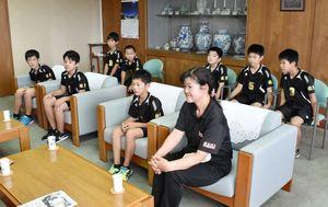 全国大会での健闘を誓った伊万里ジュニアバレーボールクラブの選手たち=伊万里市役所