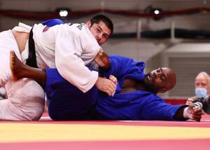 柔道男子100キロ超級の準々決勝で、ROCのバシャエフ(左)に敗れたフランスのリネール=日本武道館(ロイター=共同)