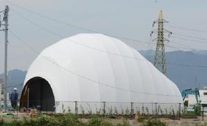 熱気球世界選手権の主会場となる嘉瀬川河川敷沿いに完成したバルーン形トイレ=佐賀市
