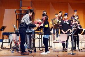 下平博明校長から花束を受け取る部長の岩永彩希さん
