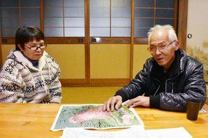 被災からの半年間を振り返る久保田義和さん(右)と朝子さん。「今年は何事もないことを祈っています」=伊万里市東山代町滝川内の自宅
