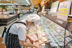 O157集団食中毒を受け、総菜の量り売りを一時休止し、パック詰めの商品を並べる店員=佐賀市のスーパーアルタ開成店