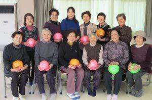 講師の神田つぎ野さん(後列左から3人目)を囲んで
