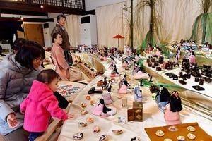 鍋島小紋のひな人形が一堂に並ぶ旧古賀家=佐賀市