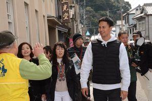 ユージさんと焼き物店が並ぶ通りを散策する参加者=有田町の内山地区