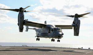 海上自衛隊の護衛艦「かが」に着艦する米軍の輸送機オスプレイ=26日午後、四国沖(代表撮影)