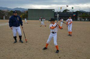 スイングをチェックしながら打撃のコツを学ぶ少年野球の選手たち=唐津市の松浦河畔公園野球場