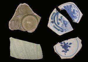 中国の青磁(左)と青花(右)