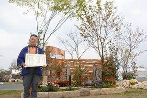 和モダンな庭を作り上げ、県知事賞(金賞)を受賞した中島庭苑の中島利夫さん=神埼市郡の吉野ケ里歴史公園