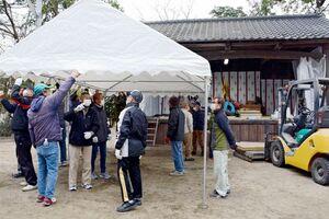 西宮社に設けられた仮参拝所(奥)。お守りなどを並べるテントも準備された=佐賀市北川副町光法