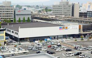 6月下旬の開業を目指し、工事が進む商業施設「コムボックス佐賀駅前」=佐賀市駅前中央