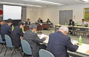 定期総会で今年の事業計画について話し合う会員ら=佐賀市の佐賀県庁