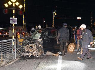 7日夜、佐賀市の踏切で特急と乗用車が衝突