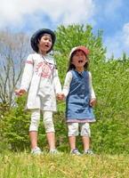 仲良く手をつなぎ「おばあちゃんになっても忘れないよ~」と大空に向かって言う姉妹=佐賀市富士町の北山少年自然の家