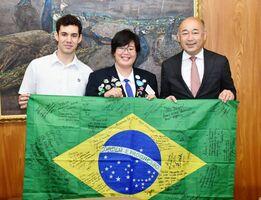帰国報告で橋本市長を訪ねた(左から)ブルーノ・ド・カルモさんと宮原識水音さん=鳥栖市役所