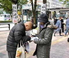 玄海原発3、4号機の再稼働に同意しないよう、山口祥義知事に提出する署名に応じる市民=福岡市中央区天神