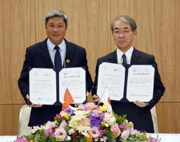 署名を交わした好生館の中川原章理事長(右)とチョーライ病院のグェン・チュオン・ソン理事長=佐賀市の好生館