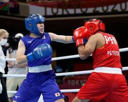 女子フェザー級決勝 1回、フィリピン選手(右)を攻める入江聖奈=両国国技館