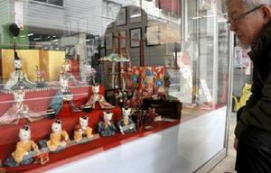 猫のひな人形が13店に飾られている「猫だらけの雛祭り」=佐賀市中の小路の武藤美術材料