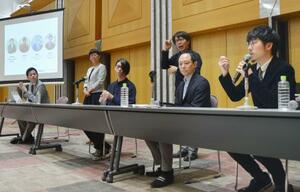 「障害者」という言葉を考えるイベントで、ディスカッションに参加する「ヘラルボニー」の松田崇弥さん(右端)ら=25日午後、東京都千代田区の弁護士会館