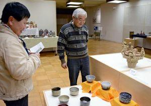 九州陶磁文化館の陶芸教室の受講生OB有志の力作が並ぶ作品展=有田町の同館