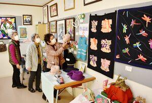 外出自粛中に手掛けた編み物などが並ぶ作品展=伊万里市の栄町ウェルネスホーム