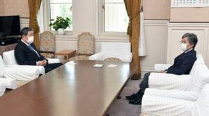 会談に臨む自民党の森山国対委員長(左)と立憲民主党の安住国対委員長=14日午後、国会