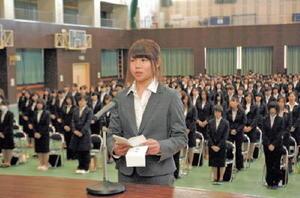 新入生を代表して誓いの言葉を述べる藤尾望未さん=佐賀市の佐賀女子短大