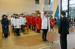 代表して誓いの言葉を述べるアイスホッケー成年男子の松永大輝選手(中央)=県庁県民ホール