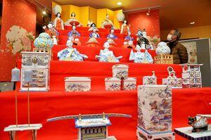 「ギャラリー青磁」に展示された世界最大の磁器製座りびな七段飾り。高さ2・7メートルで、しん窯が3年がかりで製作=有田町赤坂のアリタセラ内