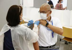日体大の世田谷キャンパスで新型コロナウイルスワクチンの接種を受ける職員=21日午前9時3分、東京都世田谷区
