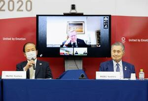 国際オリンピック委員会(IOC)調整委員会との合同会議後、記者会見する東京五輪・パラリンピック組織委員会の森喜朗会長(右)と武藤敏郎事務総長。奥はIOCのコーツ調整委員長=25日午後、東京都中央区(代表撮影)