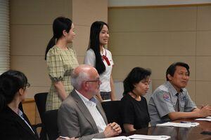 日本語で自己紹介をして笑顔を見せる韓国・全南芸術高校の生徒たち=佐賀市の佐賀県庁