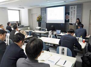 テレワークの現状と課題について学んだ「働き方改革セミナー」=佐賀県庁
