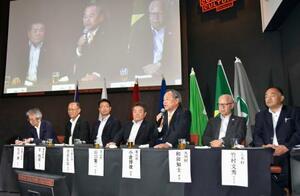 「小さな村g7サミット東京会議」で意見交換する七つの村の村長=26日午後、東京都渋谷区