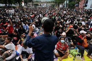 25日、タイ・バンコクで開かれた反体制集会(ロイター=共同)