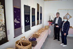作品展に出品した中島靖男さん(左)と泰代さん=佐賀市川副町の川副支所3階