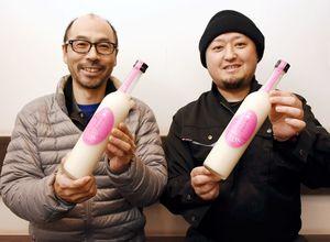 九州産の米とこうじで造った甘酒と小松大祐社長(左)=唐津市相知町の小松酒造