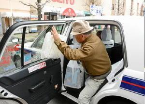 生活の足としてタクシーを利用する高齢者。来年3月から免許返納の高齢者を対象に割引サービスが始まる=佐賀市