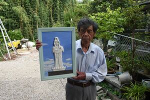 慈母観音像のこて絵を制作している山﨑正明さん