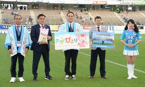 「勝点米」の贈呈式を行うサガン・ドリームスの竹原稔社長(左から2人目)ら=鳥栖市のベストアメニティスタジアム