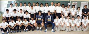 交流した龍谷高の生徒と写真に納まるサガン鳥栖の金崎夢生選手(中央左)と高丘陽平選手(中央右)=佐賀市の同校