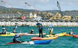 米軍普天間飛行場移設先の辺野古沿岸部でカヌー上から抗議する反対派=17日午前、沖縄県名護市