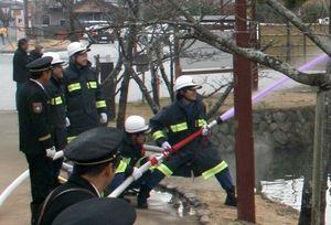 今年の出初め式で放水する消防団員=小城市の小城公園