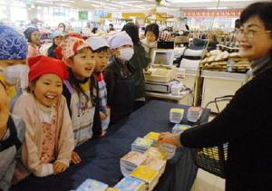 元気に納豆を販売する児童たち=佐賀市のアルタ開成店